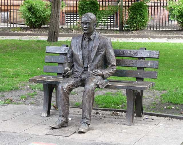 Alan Turing Statue Manchester it.wikimedia commons